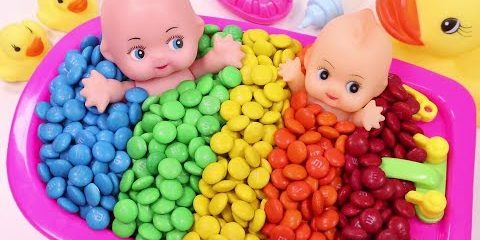 Learn Colors Baby Doll Bath Time M&Ms Chocolate and Ice Cream Cups Surprise Toys
